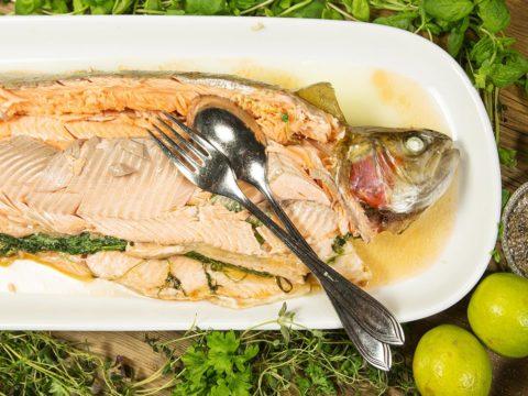 Kokonainen kirjolohi uunissa tai grillissä | Reseptit | Hätälä