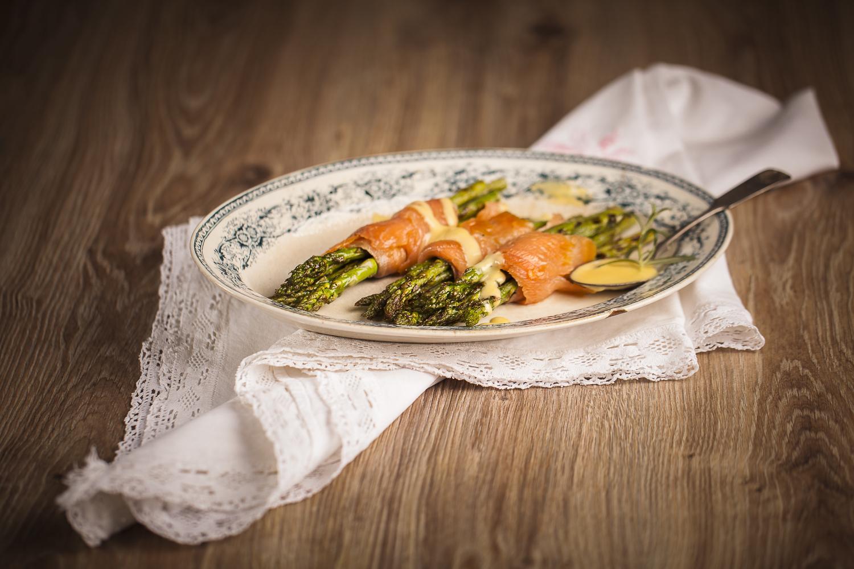 Kylmäsavulohta ja parsaa hollandaise-kastikkeella