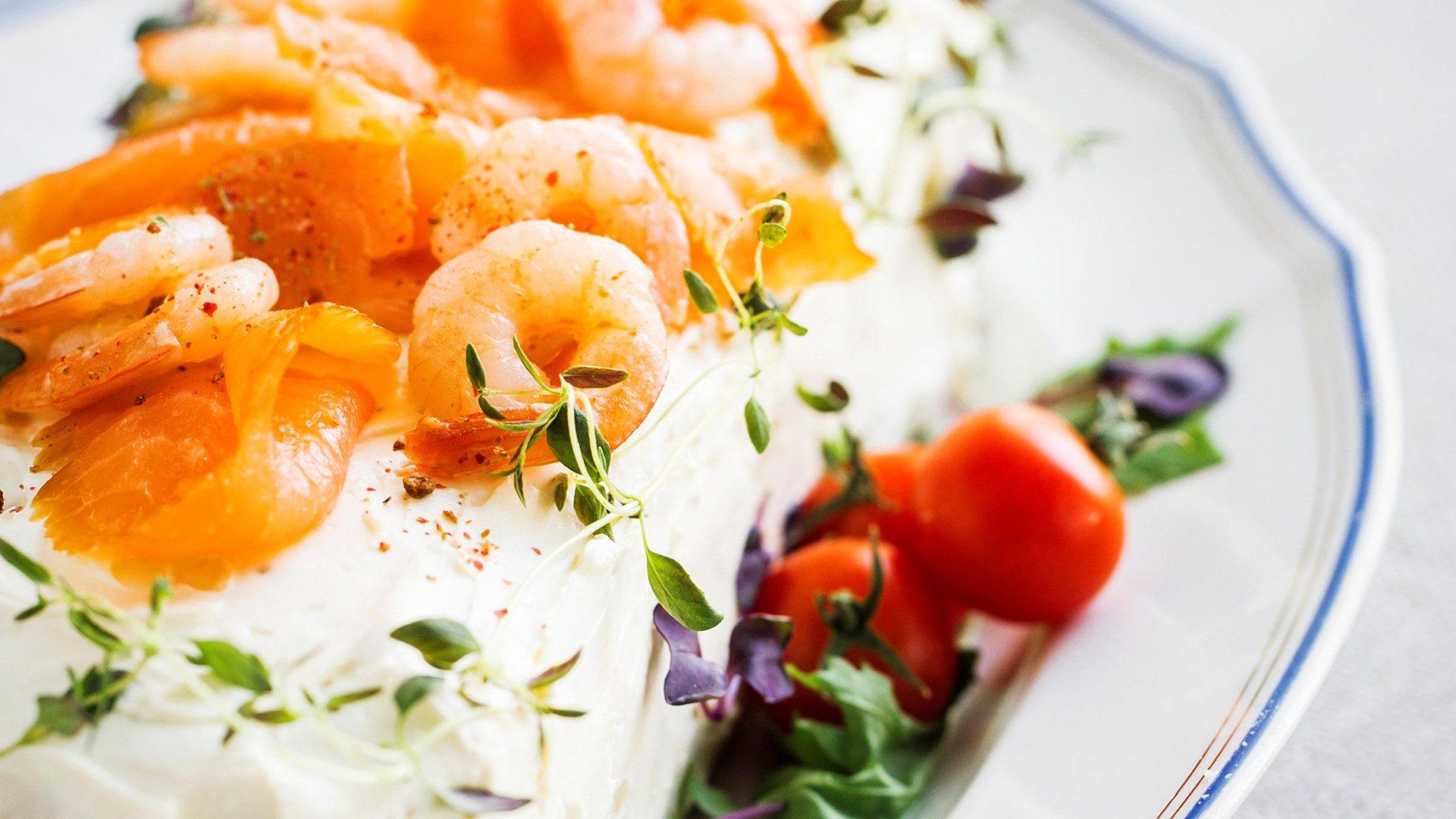 Lohivoileipäkakku kahdella täytteellä | Reseptit | Hätälä