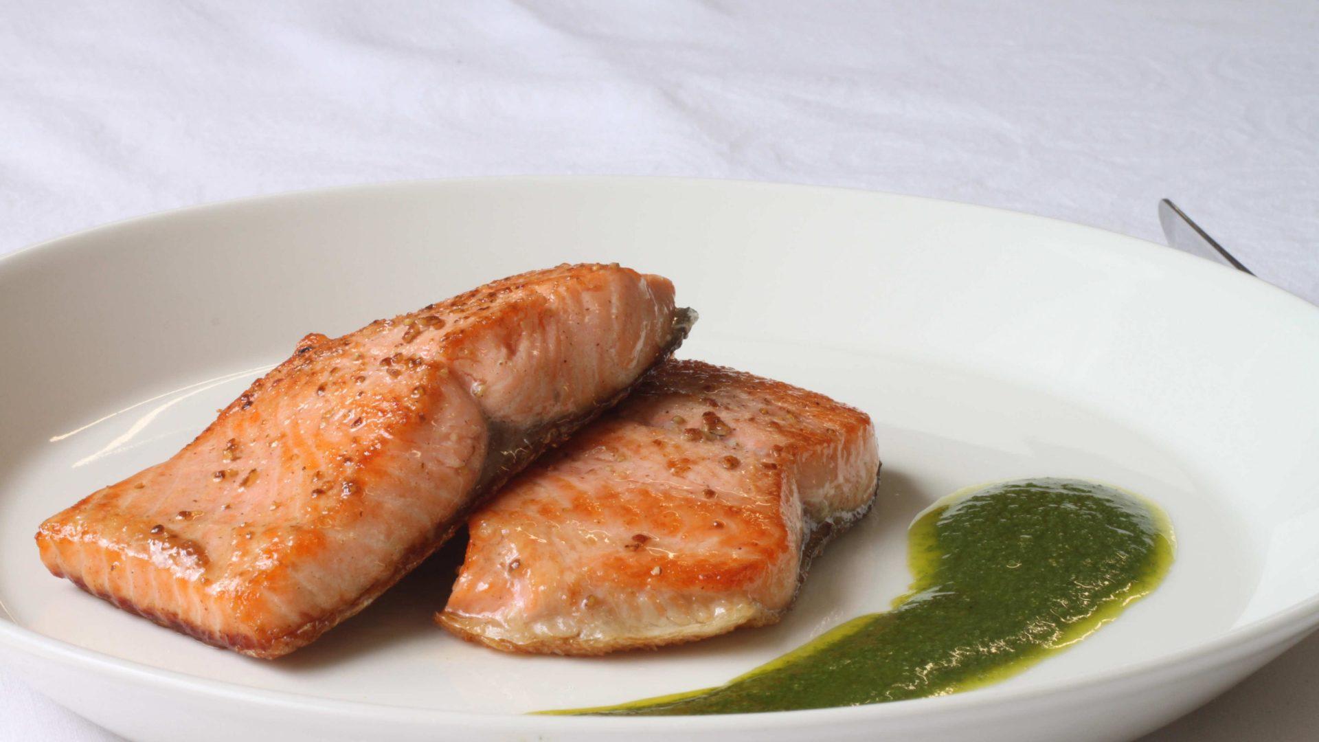 Paistettu lohi Salsa verde -kastikkeella | Reseptit | Hätälä Oy
