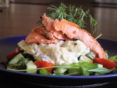 Pariloitu lohi perunasalaatilla | Reseptit | Hätälä Oy