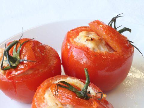 Savusiialla täytetyt tomaatit | Reseptit | Hätälä Oy