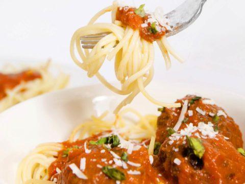 Hätälä – resepti: Lohipyörykät tomaattikastikkeessa