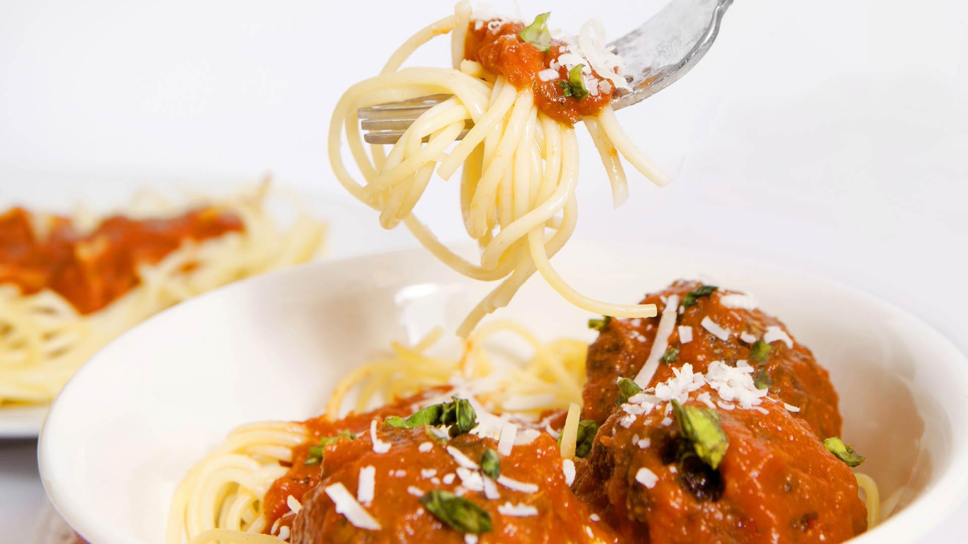 Lohipyörykät tomaattikastikkeessa Lindströmin kalapihvi tillinsiemenkastikkeella | Kalareseptit | Hätälä