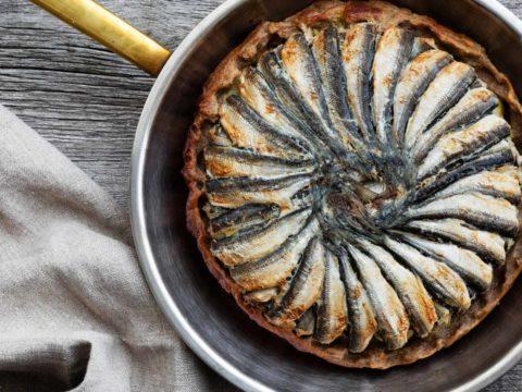 Muikku Tarte Tatin eli nurinpäin paistettu muikkupiiras Lindströmin kalapihvi tillinsiemenkastikkeella | Kalareseptit | Hätälä