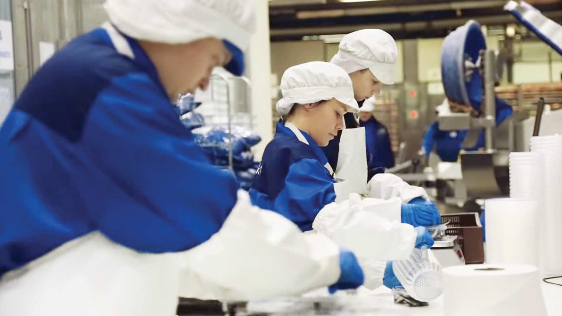 Työntekijöitä Hätälän kalatehtaalla